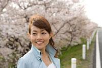 桜と女性 11000044748  写真素材・ストックフォト・画像・イラスト素材 アマナイメージズ