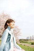 桜と女性 11000044749  写真素材・ストックフォト・画像・イラスト素材 アマナイメージズ