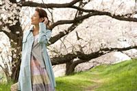 桜と女性 11000044752  写真素材・ストックフォト・画像・イラスト素材 アマナイメージズ
