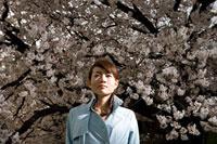 桜と女性 11000044756  写真素材・ストックフォト・画像・イラスト素材 アマナイメージズ