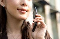 携帯電話をかけるビジネスウーマン