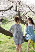 桜と女性 11000044837  写真素材・ストックフォト・画像・イラスト素材 アマナイメージズ