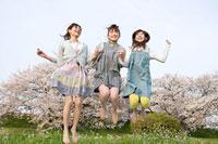 桜と女性 11000044841  写真素材・ストックフォト・画像・イラスト素材 アマナイメージズ