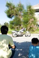 父と子の後ろ姿とバイク