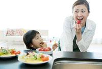 キッチンの母と男の子