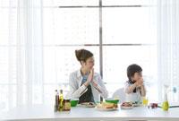 食事をする母と男の子