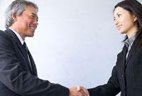 笑顔で握手するビジネスパーソン 11000045257| 写真素材・ストックフォト・画像・イラスト素材|アマナイメージズ
