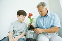 Grandfather sitting with grandson 11001035772| 写真素材・ストックフォト・画像・イラスト素材|アマナイメージズ