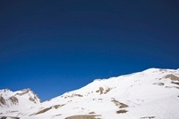 Snow-covered mountain against clear blue sky 11001050515| 写真素材・ストックフォト・画像・イラスト素材|アマナイメージズ