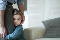 Toddler boy holding on to father's legs 11001050910| 写真素材・ストックフォト・画像・イラスト素材|アマナイメージズ
