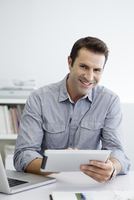 Office worker using digital tablet 11001059477| 写真素材・ストックフォト・画像・イラスト素材|アマナイメージズ