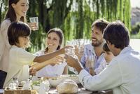 Family enjoying breakfast together outdoors 11001062701| 写真素材・ストックフォト・画像・イラスト素材|アマナイメージズ