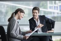 Financial advisor meeting with satisfied investor 11001062923| 写真素材・ストックフォト・画像・イラスト素材|アマナイメージズ