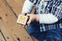 Baby playing with abc blocks, cropped 11001063156| 写真素材・ストックフォト・画像・イラスト素材|アマナイメージズ