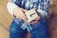Baby boy playing with wooden block, cropped 11001063157| 写真素材・ストックフォト・画像・イラスト素材|アマナイメージズ