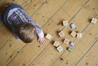 Baby boy playing with abc blocks, overhead view 11001063175| 写真素材・ストックフォト・画像・イラスト素材|アマナイメージズ