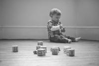 Baby boy playing on floor in nursery 11001063177| 写真素材・ストックフォト・画像・イラスト素材|アマナイメージズ