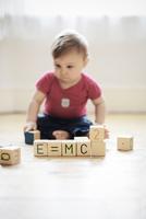 "Baby boy playing with toy blocks arranged to read E=mc2"" 11001063178| 写真素材・ストックフォト・画像・イラスト素材|アマナイメージズ"