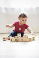 "Baby boy playing with toy blocks arranged to read E=mc2"" 11001063179| 写真素材・ストックフォト・画像・イラスト素材|アマナイメージズ"