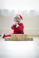 "Baby boy dressed as Santa Claus with toy blocks reading Merry Christmas"" 11001063180| 写真素材・ストックフォト・画像・イラスト素材|アマナイメージズ"