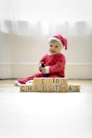 "Baby boy dressed as Santa Claus with toy blocks reading Merry Christmas"" 11001063181| 写真素材・ストックフォト・画像・イラスト素材|アマナイメージズ"