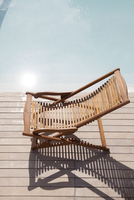 Wooden deckchair beside pool 11001063302| 写真素材・ストックフォト・画像・イラスト素材|アマナイメージズ