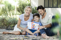 Parents together with child learning to read, portrait 11001063837| 写真素材・ストックフォト・画像・イラスト素材|アマナイメージズ