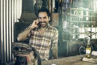 Man taking break for phone call and beer 11001063849| 写真素材・ストックフォト・画像・イラスト素材|アマナイメージズ