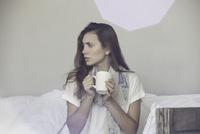 Woman enjoying hot beverage 11001063897| 写真素材・ストックフォト・画像・イラスト素材|アマナイメージズ