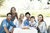 Extended family relaxing together outdoors 11001063936| 写真素材・ストックフォト・画像・イラスト素材|アマナイメージズ