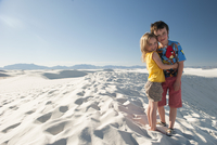 Young siblings standing on dune at White Sands National Monument, New Mexico, USA 11001063944| 写真素材・ストックフォト・画像・イラスト素材|アマナイメージズ