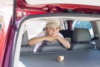 Boy looking out of back seat of car 11001063975| 写真素材・ストックフォト・画像・イラスト素材|アマナイメージズ