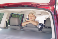 Boy looking out of back seat of car 11001063976| 写真素材・ストックフォト・画像・イラスト素材|アマナイメージズ