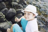 Boy sitting by stream 11001063977| 写真素材・ストックフォト・画像・イラスト素材|アマナイメージズ