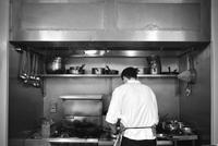 Restaurant chef at work 11001063992| 写真素材・ストックフォト・画像・イラスト素材|アマナイメージズ