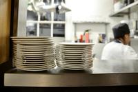 Stack of plates on shelf in commercial kitchen 11001063994| 写真素材・ストックフォト・画像・イラスト素材|アマナイメージズ