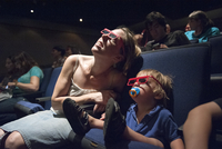 Mother and toddler son watching 3-D movie in theater 11001064096| 写真素材・ストックフォト・画像・イラスト素材|アマナイメージズ