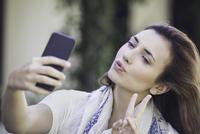 Woman taking selfie 11001064329| 写真素材・ストックフォト・画像・イラスト素材|アマナイメージズ