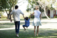 Family with one child taking walk outdoors together 11001064340| 写真素材・ストックフォト・画像・イラスト素材|アマナイメージズ