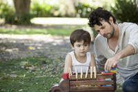Father and son playing with toys in backyard 11001064444| 写真素材・ストックフォト・画像・イラスト素材|アマナイメージズ