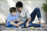 Father and son reading book together 11001064450| 写真素材・ストックフォト・画像・イラスト素材|アマナイメージズ