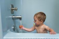 Toddler boy taking a bath 11001064466| 写真素材・ストックフォト・画像・イラスト素材|アマナイメージズ