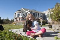 Little girl sitting on deck with pet dog 11001064483| 写真素材・ストックフォト・画像・イラスト素材|アマナイメージズ