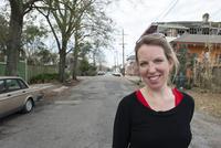 Woman walking in street, smiling cheerfully 11001064484| 写真素材・ストックフォト・画像・イラスト素材|アマナイメージズ
