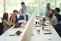 Entrepreneurs working in open plan office 11001064527| 写真素材・ストックフォト・画像・イラスト素材|アマナイメージズ