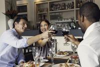 Friends clinking wine glasses in restaurant 11001064552| 写真素材・ストックフォト・画像・イラスト素材|アマナイメージズ