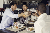 Couple clinking glasses in restaurants with friends 11001064553| 写真素材・ストックフォト・画像・イラスト素材|アマナイメージズ