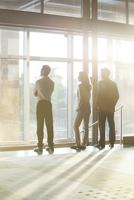 Business entrepreneurs contemplate start-up potential 11001064564| 写真素材・ストックフォト・画像・イラスト素材|アマナイメージズ