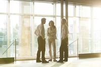 Business colleagues share ideas 11001064566| 写真素材・ストックフォト・画像・イラスト素材|アマナイメージズ