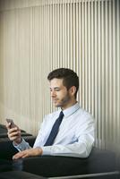 Businessman using smartphone 11001064633| 写真素材・ストックフォト・画像・イラスト素材|アマナイメージズ